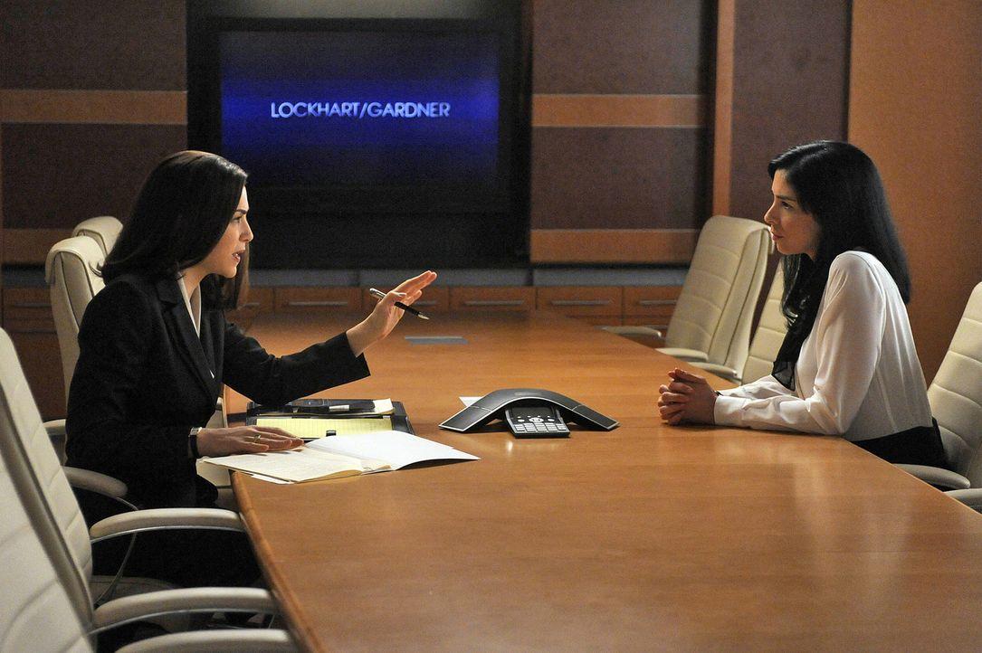 Alicia Florrick (Julianna Margulies, l.) will Stephanie Engler (Sarah Silverman, r.), die Betreiberin einer Website für Leute, die Sex außerhalb d... - Bildquelle: CBS Broadcasting Inc. All Rights Reserved