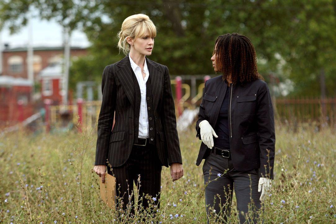 Ein neuer Fall bereitet ihnen Kopfzerbrechen: Kat Miller (Tracie Thoms, r.) und Lilly Rush (Kathryn Morris, l.) ... - Bildquelle: Warner Bros. Television