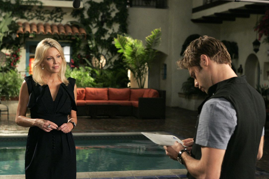 Erst versucht Amanda (Heather Locklear, l.) David (Shaun Sipos, r.) mit nettem Smalltalk zu überzeugen... - Bildquelle: 2009 The CW Network, LLC. All rights reserved.