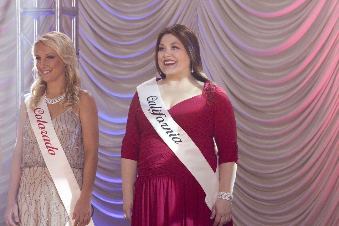 Jane (Brooke Elliott, r.) nimmt an der Wahl zur Miss Perfect teil. Allerdings nur in ihren Träumen ... - Bildquelle: 2012 Sony Pictures Television Inc. All Rights Reserved.