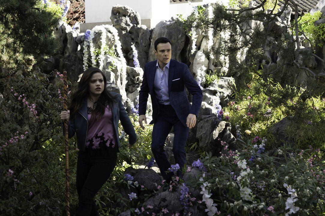 Maggie Vera (Sarah Jeffery, l.); Harry Greenwood (Rupert Evans, r.) - Bildquelle: Colin Bentley 2019 The CW Network, LLC. All rights reserved. / Colin Bentley