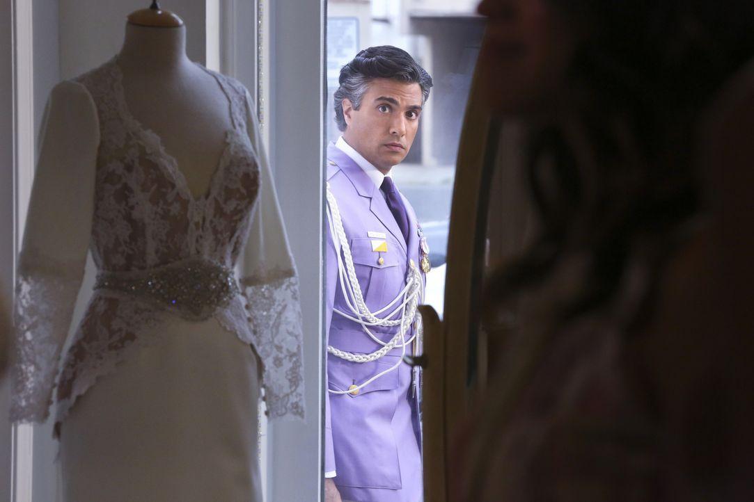 Während sich Jane schlecht fühlt, da sie Gefühle für Rafael hat, versucht Rogelio (Jaime Camil) ihr näher zu kommen ... - Bildquelle: 2014 The CW Network, LLC. All rights reserved.