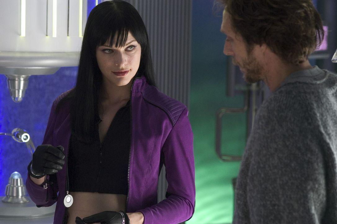 Die am rätselhaften Virus erkrankte Violet Song jat Shariff (Milla Jovovich, l.) bittet ihren Freund, den Wissenschaftler Garth (William Fichtner, r... - Bildquelle: 2006 Screen Gems, Inc. All Rights Reserved.