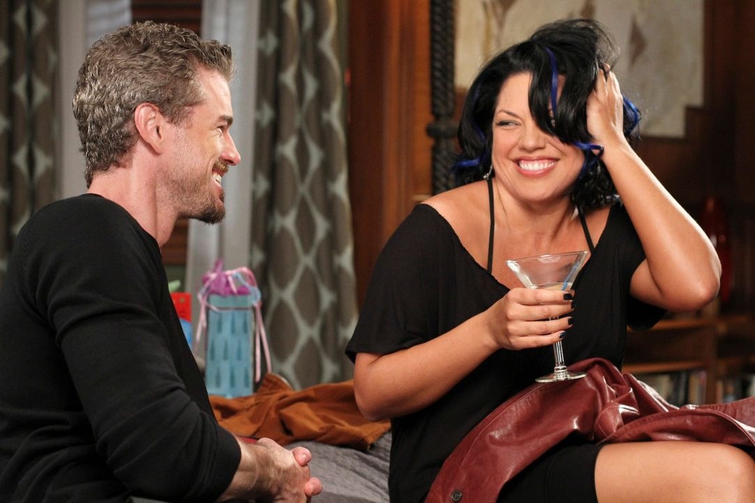Callie (Sara Ramirez, r.) steht, nachdem sie nicht mit Arizona nach Afrika gegangen ist, ohne eine Bleibe da und bittet Mark (Eric Dane, l.), bei ih... - Bildquelle: ABC Studios