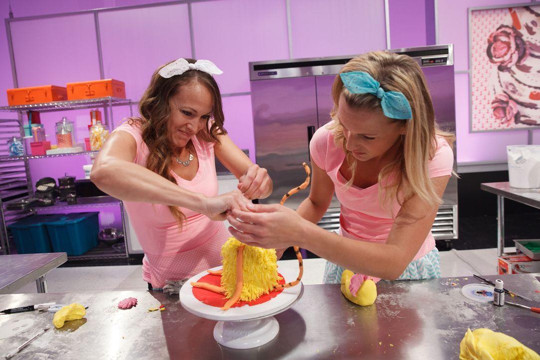 Das Motto Dr. Seuss ist genau Sunny Hintz (l.) Ding und sie macht sich direkt mit Assistentin Melissa Zunich (r.) ans Werk, um die erste Challenge z... - Bildquelle: Emile Wamsteker 2016,Television Food Network, G.P. All Rights Reserved