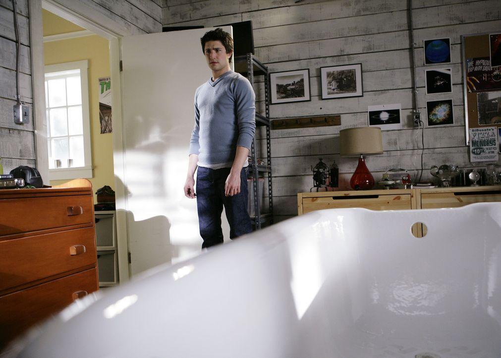 Seine Verwunderung ist groß: Kyle (Matt Dallas) stößt in seinem Zimmer auf Jessie, die dort scheinbar nach etwas sucht ... - Bildquelle: TOUCHSTONE TELEVISION
