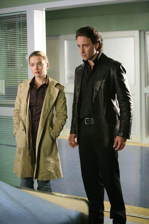 Mick (Alex O'Loughlin, r.) und Beth (Sophia Myles, l.) versuchen alles, um das Geheimnis von Coraline zu lüften. Deshalb statten sie einer ehemalige... - Bildquelle: Warner Brothers
