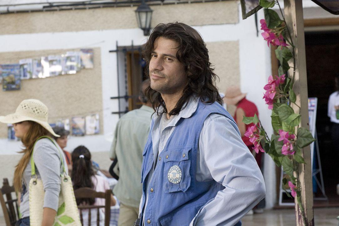Nach seinem Geständnis fühlt sich Poupi Kakas (Alexis Georgoulis) befreit und blickt seiner Herzdame verliebt hinterher. - Bildquelle: 2008 My Life In Ruins, LLC All Rights Reserved