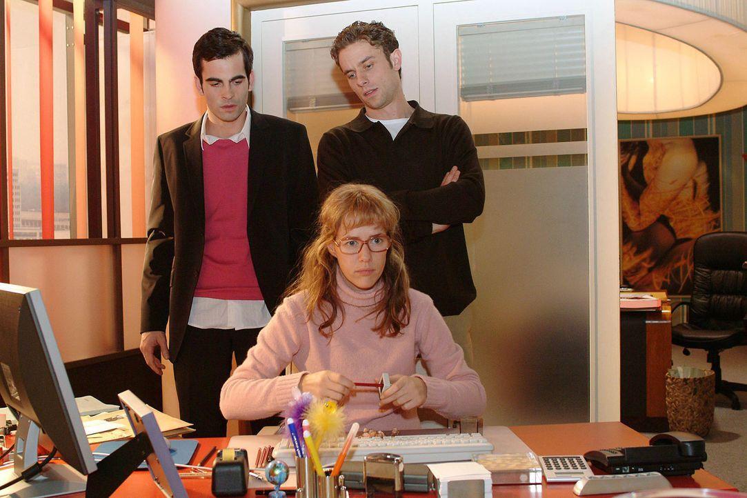Lisa (Alexandra Neldel, M.) ist wütend und versucht sich mit dem Spitzen von Bleistiften abzureagieren. David (Mathis Künzler, l.) und Max (Alexan... - Bildquelle: Sat.1