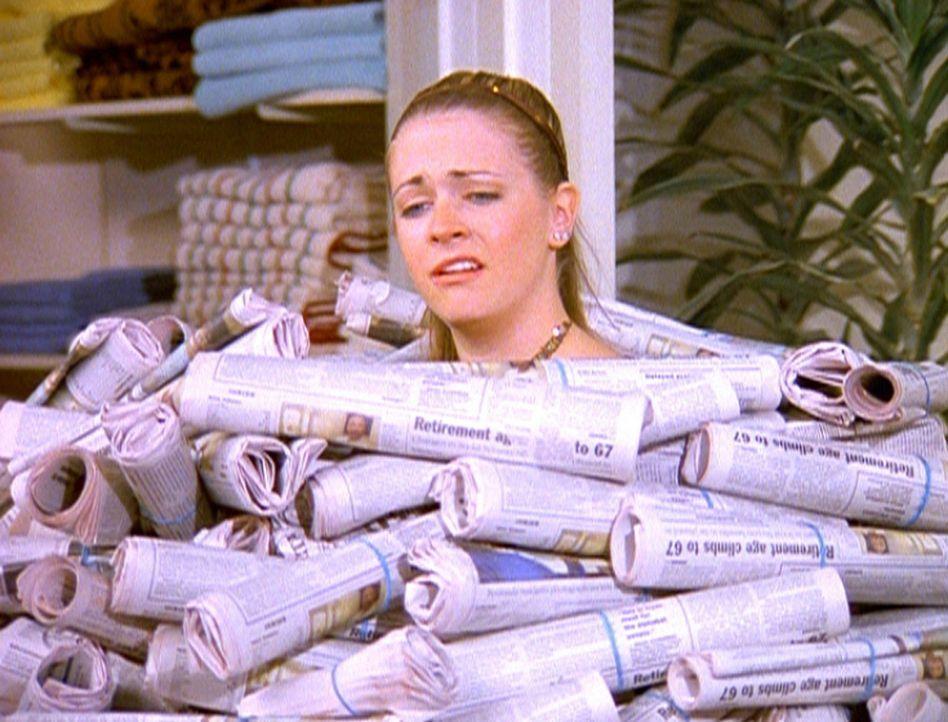 Sabrina (Melissa Joan Hart) war mit der Arbeit des Zeitungsjungen aus dem anderen Reich nicht zufrieden und verlangt diverse Ersatzlieferungen. - Bildquelle: Paramount Pictures