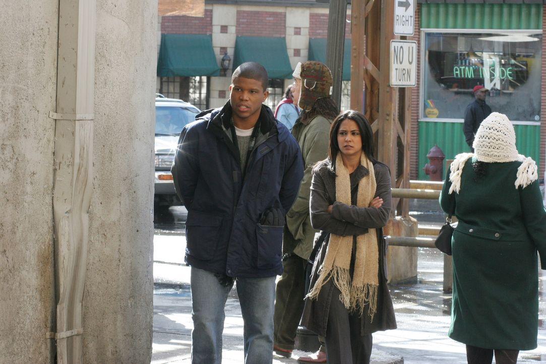 Für Neela (Parminder Nagra, r.) bricht eine Welt zusammen, als Michael (Sharif Atkins, l.) ihr seine Zukunftspläne offenbart ... - Bildquelle: Warner Bros. Television