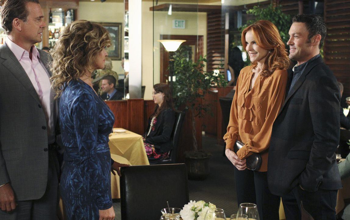 Während Bree (Marcia Cross, 2.v.r.) auf Keith' (Brian Austin Green, r.) Eltern Mary (Nancy Travis, 2.v.l.) und Richard (John Schneider, l.) trifft,... - Bildquelle: ABC Studios