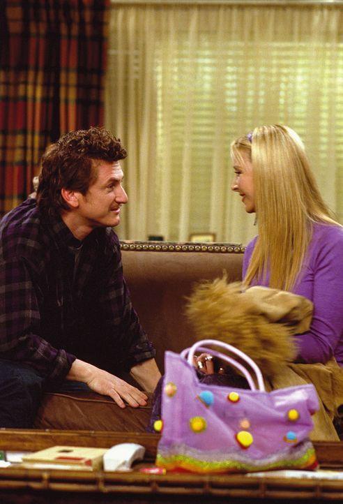 Eric (Sean Penn, l.) verabredet sich mit Phoebe (Lisa Kudrow, r.), nachdem er sich von ihrer Zwillingsschwester getrennt hat ... - Bildquelle: TM+  WARNER BROS.