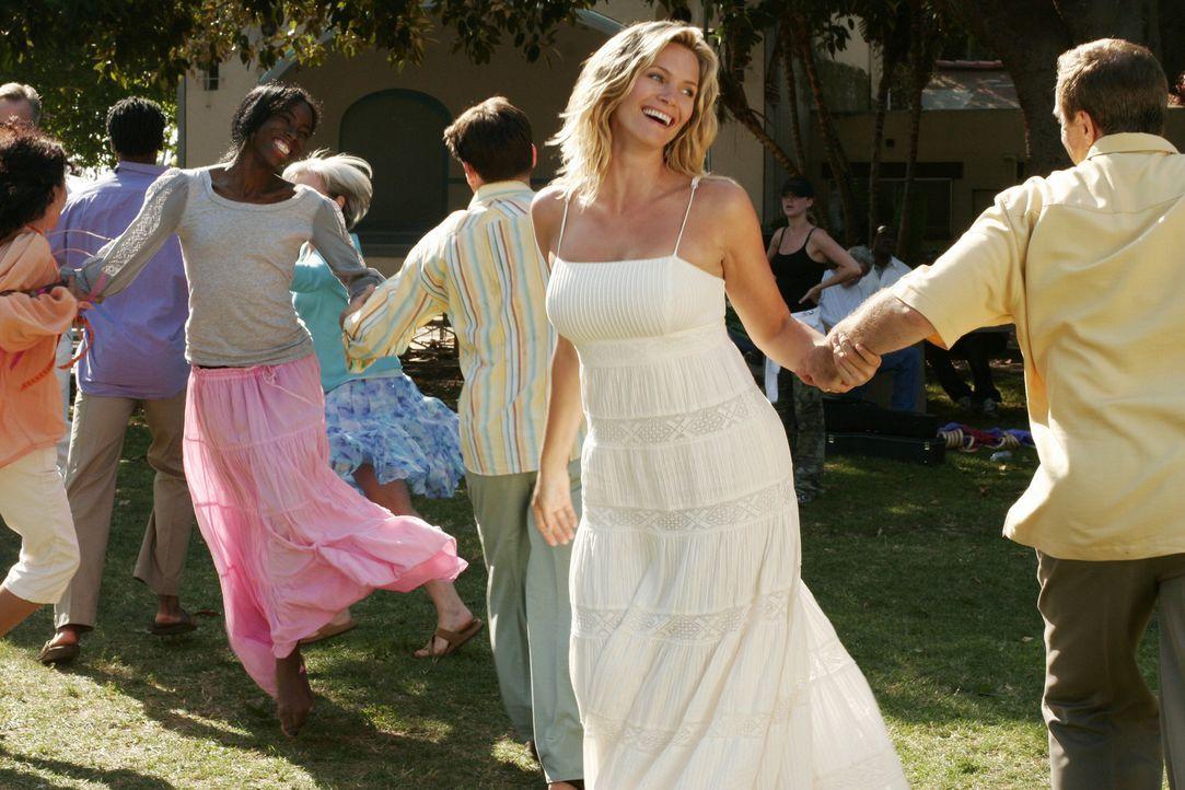Auch Taylor (Natasha Henstridge, M.) ist mit Eifer bei der Sache: In Elis Vision schwingt sie das Tanzbein ... - Bildquelle: Disney - ABC International Television