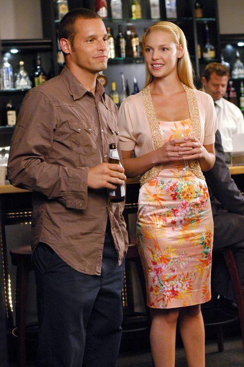 Rückblende: Izzie (Katherine Heigl, r.) und Alex (Justin Chambers, l.) lernen sich auf einer Feier für die neuen Assistenzärzte kennen ... - Bildquelle: Touchstone Television