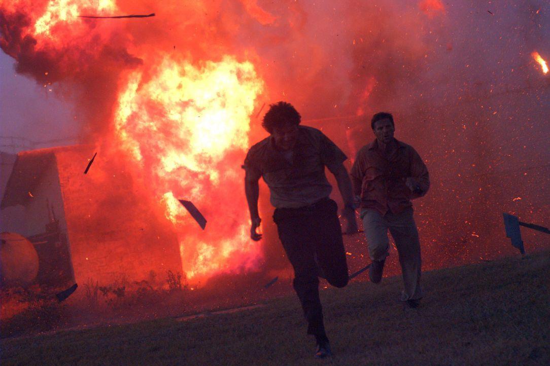 Als ein Erdbeben die idyllische Insel Pajaro Island erschüttert, geraten Sherrif Carl Larson (John Novak, l.) und Professor Anthony McAllister (Dou... - Bildquelle: Regent Productions