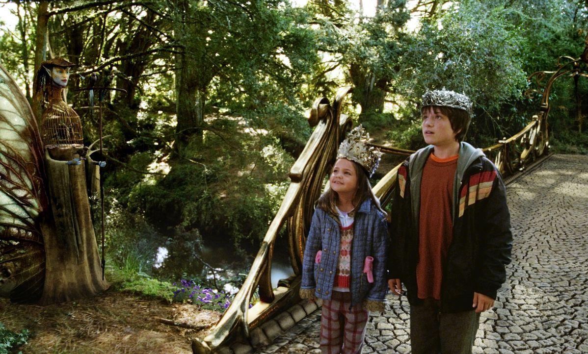 Um Leslie zu retten, müssen Jess (Josh Hutcherson, r.) und seine kleine Schwester May Belle (Bailee Madison, l.) die Brücke nach Terabithia überquer... - Bildquelle: 2006 Constantin Film, München