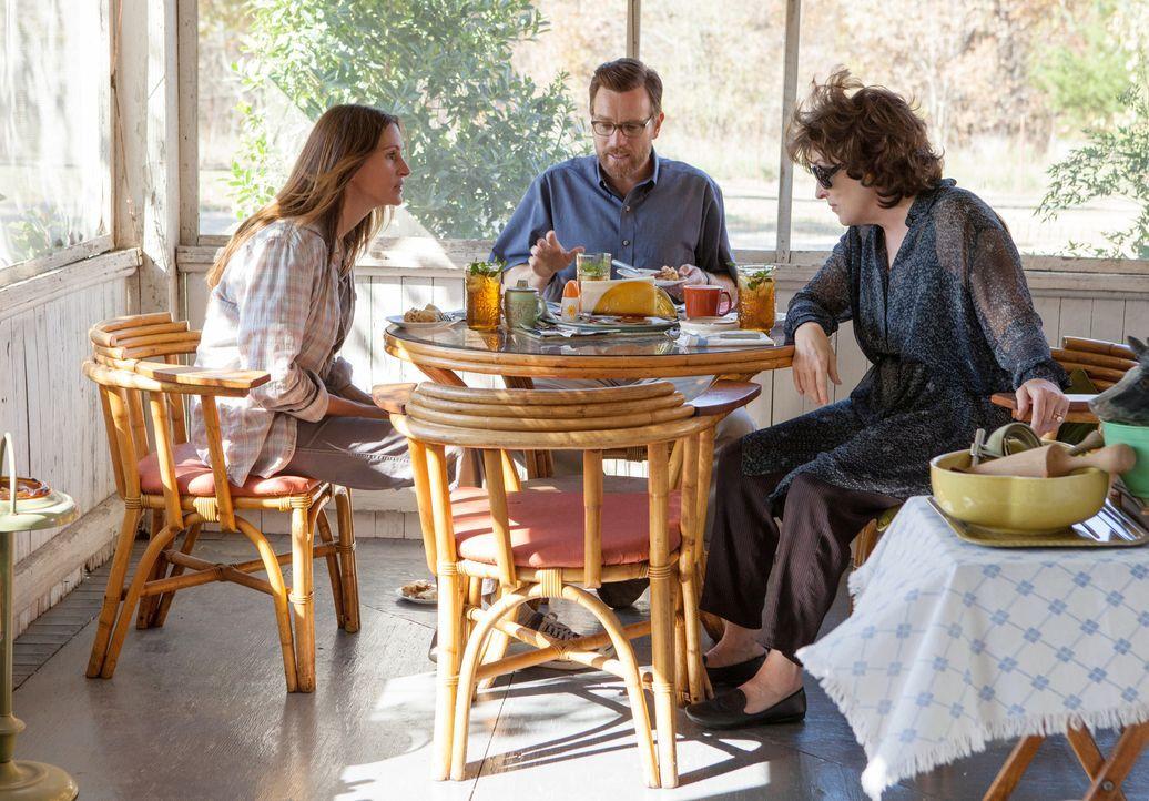 Dass es in der Ehe von Barb (Julia Roberts, l.) und Bill (Ewan McGregor, M.) kriselt, merkt Violet (Meryl Streep, r.) sofort. Natürlich streut sie z... - Bildquelle: Claire Folger TOBIS FILM