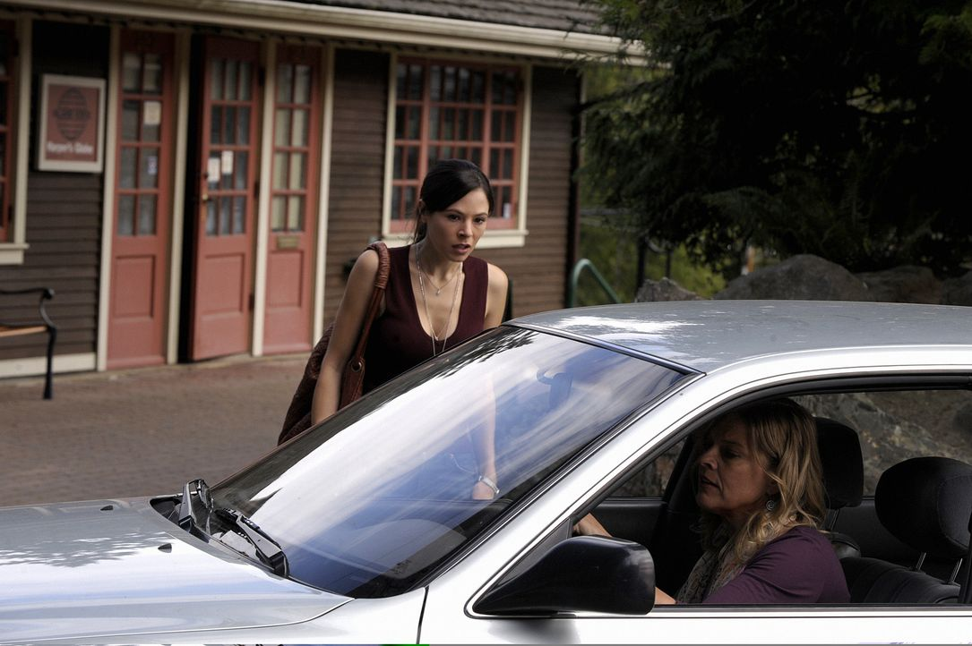 Karena (Chilton Crane, r.) ist die Hellseherin, die Shea für die Junggesellinnenparty engagiert hat. Sie hat keine guten Nachrichten für Abby (Ela... - Bildquelle: 2009 CBS Studios Inc. All Rights Reserved.