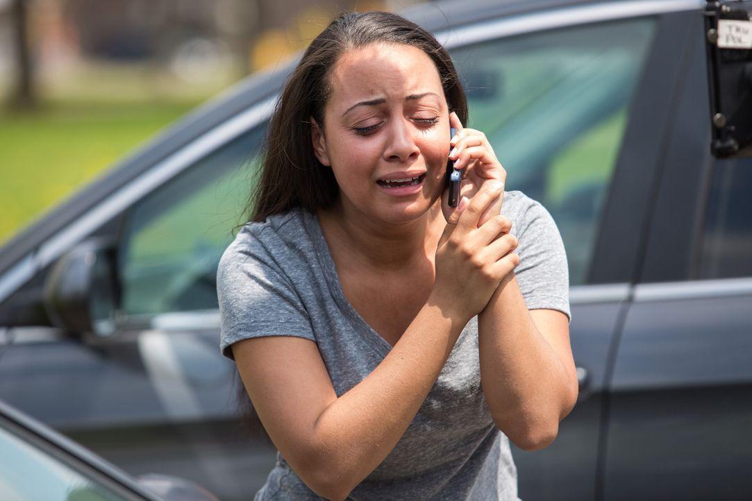Verzweifelt hofft Andrea auf Hilfe und sorgt sich um die Sicherheit ihrer Kinder ... - Bildquelle: Darren Goldstein Cineflix 2014