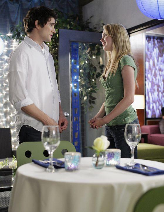 Kyle (Matt Dallas, l.) lässt sich etwas Besonderes einfallen, um Amanda (Kirsten Prout, r.) nahe zu sein ... - Bildquelle: TOUCHSTONE TELEVISION