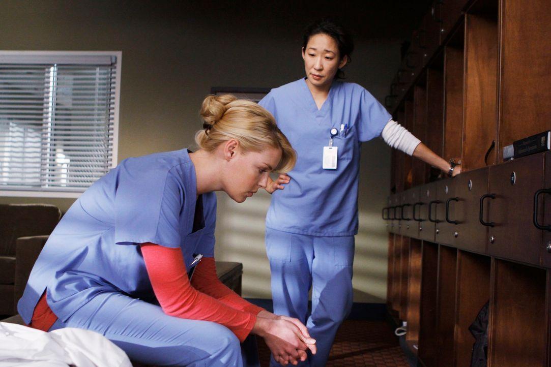 Cristina (Sandra Oh, r.) kann nicht länger damit umgehen, als einzige von Izzies (Katherine Heigl, l.) Krankheit zu wissen. Sie eröffnet Alex und... - Bildquelle: Touchstone Television