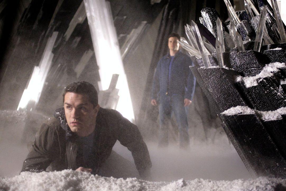 In der Festung der Einsamkeit kommt es zum Showdown zwischen Davis (Sam Witwer, l.) und Clark (Tom Welling, r.) ... - Bildquelle: Warner Bros.