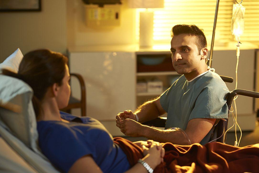 Die Operation der Alzheimerpatientin Maria (Marcia Laskowski, l.) verläuft für Shahir (Huse Madhavji, r.) anders als geplant ... - Bildquelle: Ken Woroner 2014 Hope Zee Three Inc.