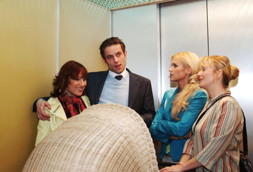 Im Fahrstuhl mischen sich Sabrina (Nina-Friederike Gnädig, 2.v.r.) und Helga (Ulrike Mai, r.) in die Hochzeitsplanungen von Yvonne (Bärbel Schleker,... - Bildquelle: Monika Schürle SAT.1 / Monika Schürle