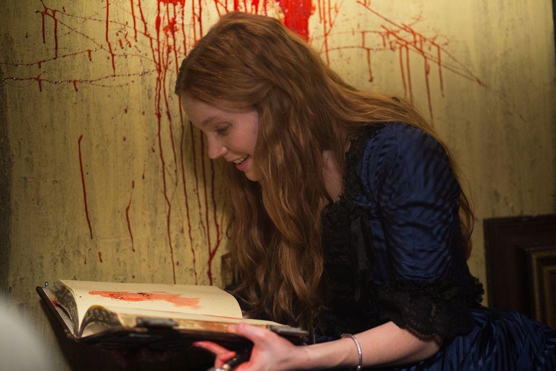 Anne (Tamzin Merchant) macht im Buch ihres Vaters erstaunliche und furchtsame Entdeckungen ... - Bildquelle: 2015 Fox and its related entities. All rights reserved.