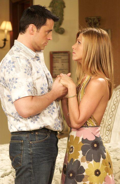 Was würde wohl Ross zu Joey (Matt LeBlanc, l.) und Rachel (Jennifer Aniston, r.) sagen? - Bildquelle: 2003 Warner Brothers International Television