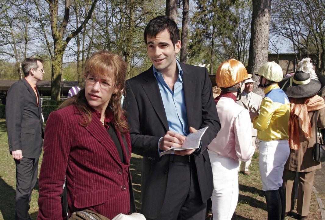 David (Mathis Künzler, r.) zeigt Lisa (Alexandra Neldel, l.) die Rennbahn, bevor das Derby startet. (Dieses Foto von Alexandra Neldel darf nur in Z... - Bildquelle: Sat.1