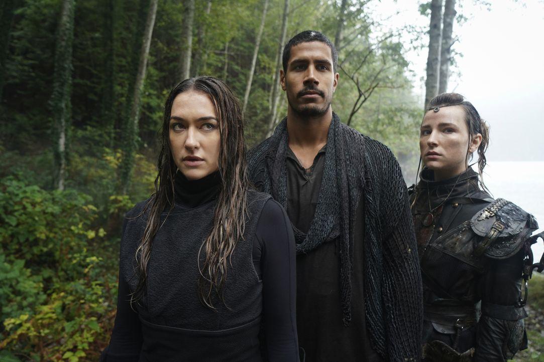 (v.l.n.r.) Echo (Tasya Teles); Dr. Gabriel Santiago (Chuku Modu); Hope Diyoza (Shelby Flannery) - Bildquelle: 2020 Warner Bros. Entertainment Inc. All rights reserved.
