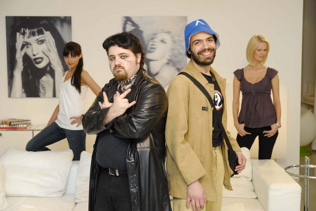 Tobias (2.v.l.) aus Pasing und Ivan (2.v.r.) aus Berlin wollen mit Hilfe von Anna Bade (l.) und Monica Ivancan (r.) zu Traummännern werden … - Bildquelle: ProSieben