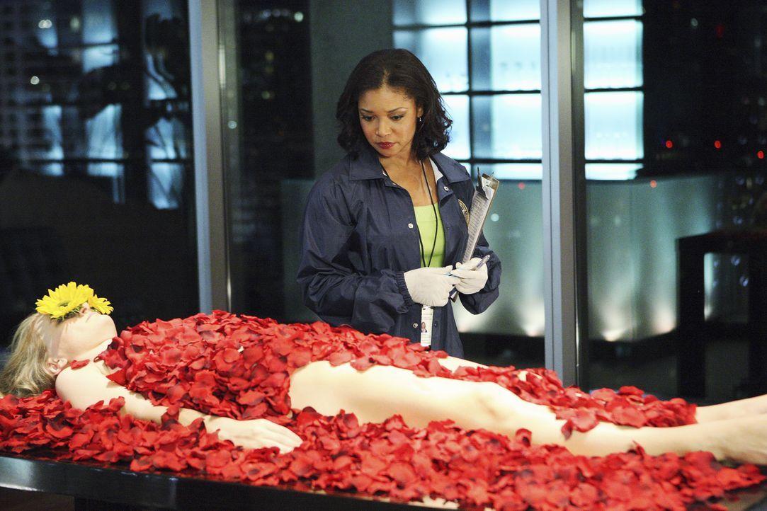 Der Mord an der Sozialarbeiterin Alison Tisdale (Kym Jackson, l.) wirft viele Fragen auf. Lanie Parish (Tamala Jones, r.) untersucht den Tatort genau. - Bildquelle: ABC Studios