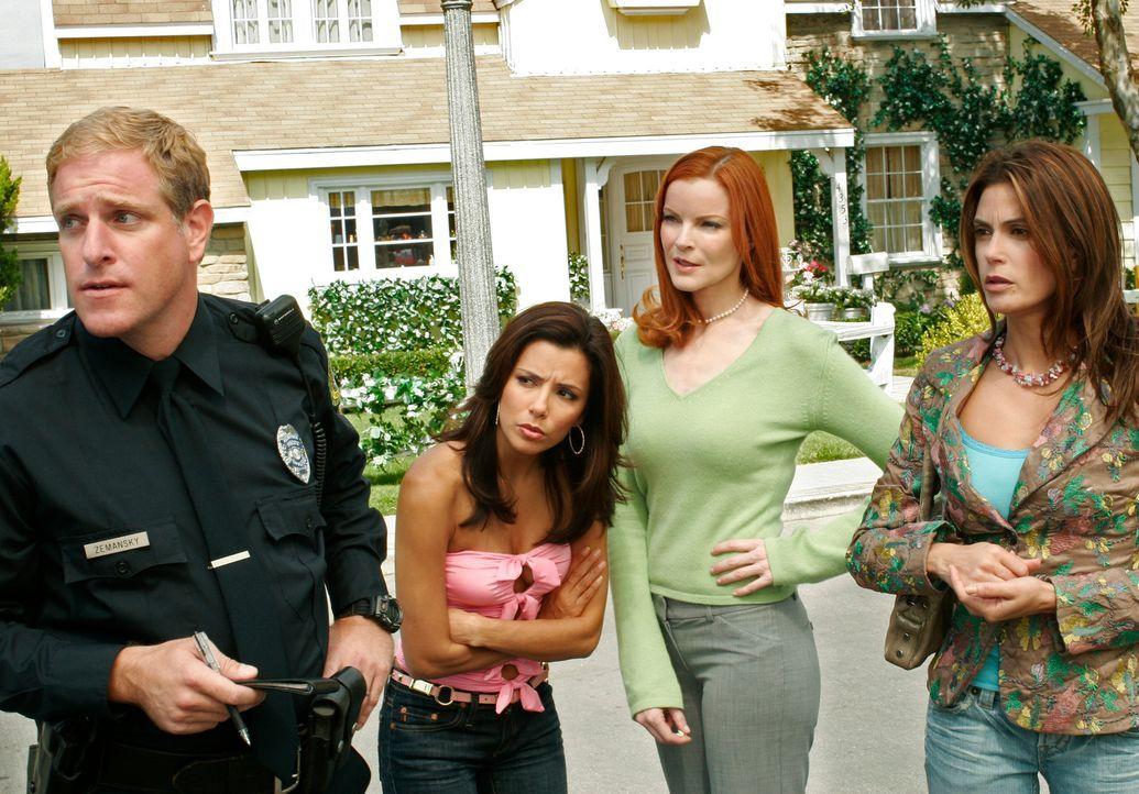Als Paul Young wieder in die Wisteria Lane zurück kehrt sind alle geschockt. Gabrielle (Eva Longoria, 2.v.l.), Susan (Teri Hatcher, r.) und Bree (Ma... - Bildquelle: 2005 Touchstone Television  All Rights Reserved