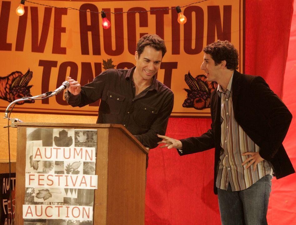 Will (Eric McCormack, l.) hat eine Auktion für seine Wohltätigkeitsorganisation organisiert. Versteigert wird nicht nur Jack, sondern auch Baby Glen... - Bildquelle: NBC Productions