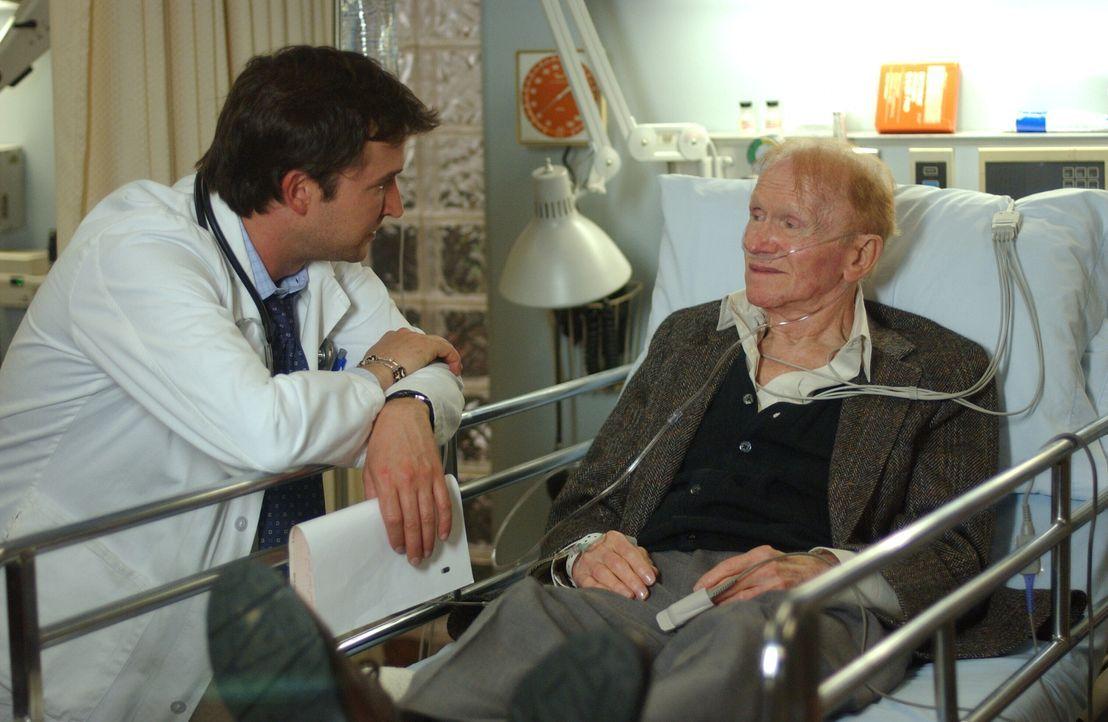Carter (Noah Wyle, l.) beschäftig die ganze Sache mit Mr. Rubadoux (Red Buttons, r.) so sehr, dass er das Gespräch mit ihm sucht ... - Bildquelle: WARNER BROS