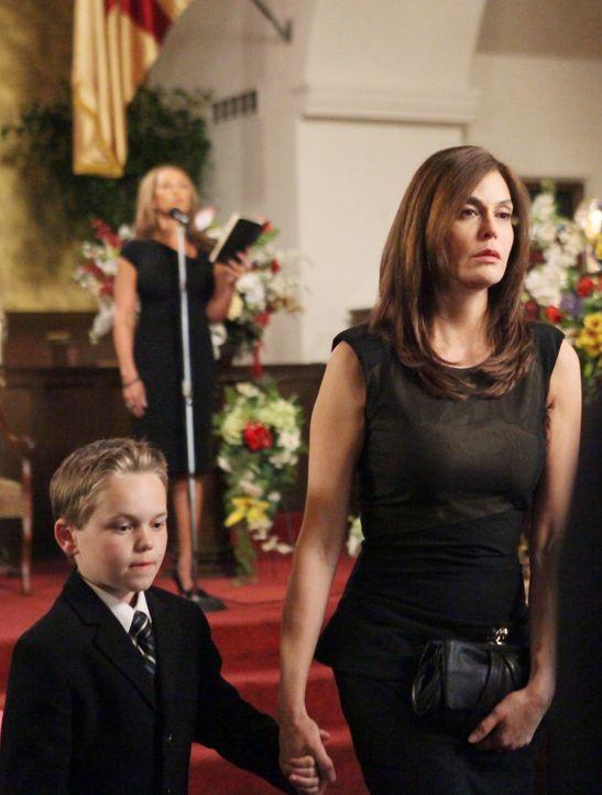 Müssen ihr Leben nun alleine meistern: Susan (Teri Hatcher, r.) und M.J. (Mason Vale Cotton, l.) ... - Bildquelle: ABC Studios