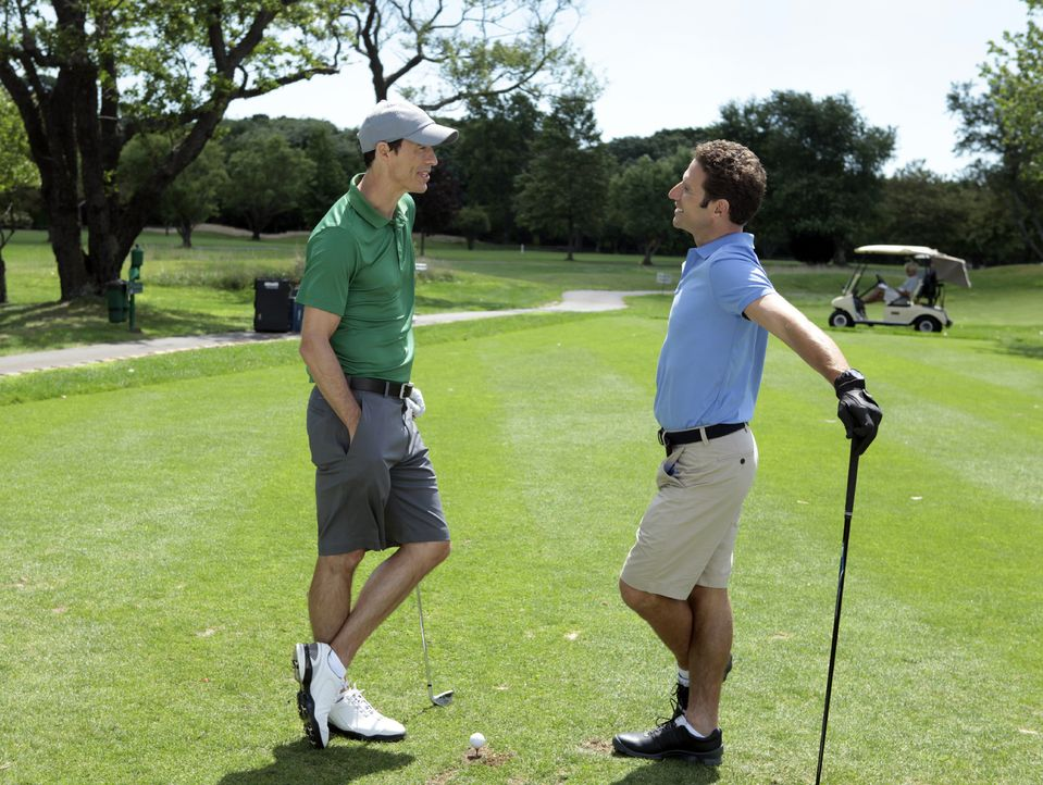 Hank (Mark Feuerstein, r.) genießt kostenlose Golfstunden mit seinem Patienten Jack O'Malley (Tom Cavanagh, l.), doch dann muss er ihm eine erschrec... - Bildquelle: Giovanni Rufino 2011 Open 4 Business Productions, LLC. All Rights Reserved.
