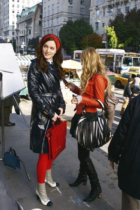 Blair (Leighton Meester, l.) und Serena (Blake Lively, r.) beim geheimen Austausch des Schwangerschaftstests ... - Bildquelle: Warner Brothers