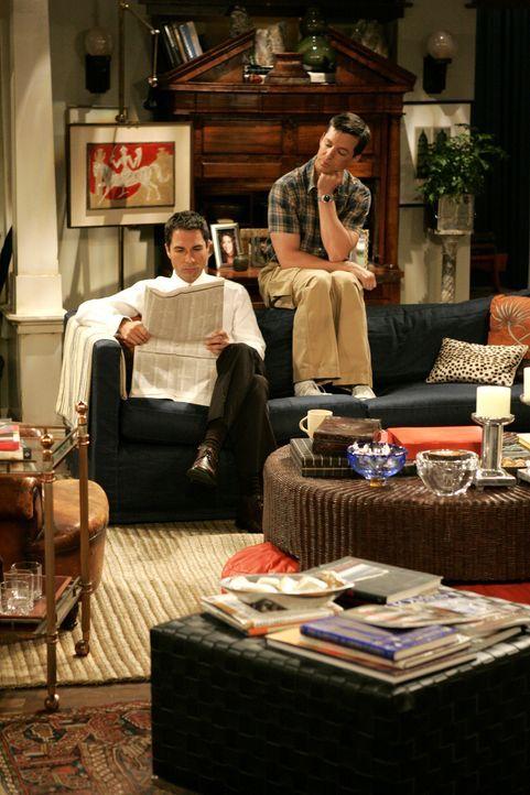 Will (Eric McCormack, l.) ist zu einer Zielgruppenbefragung des neuen Schwulen-Senders 'Out TV' eingeladen worden und nimmt leichtsinnigerweise Jack... - Bildquelle: Chris Haston 2003 NBC, Inc. All rights reserved.
