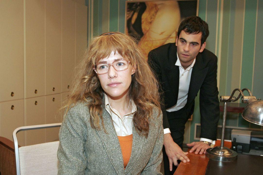 Lisa (Alexandra Neldel, l.) versucht David (Mathis Künzler, r.) - obwohl es ihr schwer fällt - immer wieder für eine Aussprache mit Mariella aufzuba... - Bildquelle: Monika Schürle SAT.1 / Monika Schürle