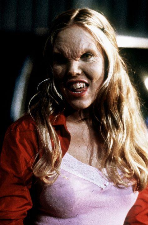 Harmony (Mercedes McNab) hat sich in einen Vampir verwandelt. - Bildquelle: TM +   2000 Twentieth Century Fox Film Corporation. All Rights Reserved.