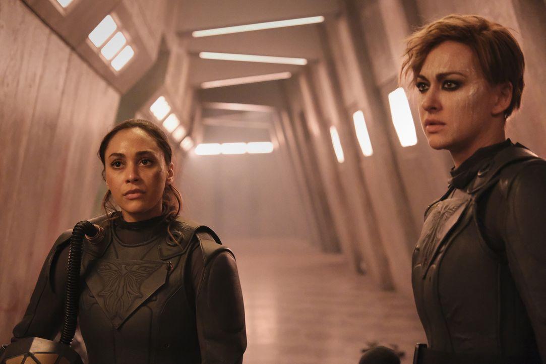 Raven Reyes (Lindsey Morgan, l.); Echo (Tasya Teles, r.) - Bildquelle: 2020 Warner Bros. Entertainment Inc. All rights reserved.
