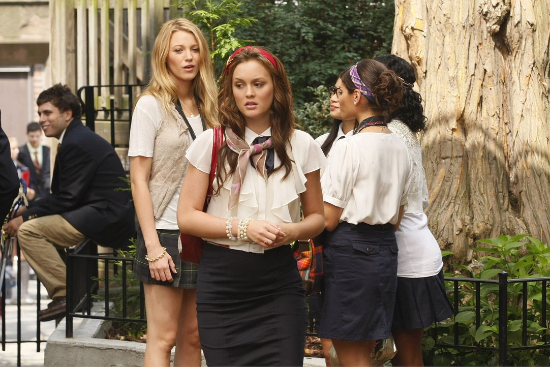 Serena (Blake Lively, l.) macht Blair (Leighton Meester, r.) den Platz als Schul-Königin streitig ... - Bildquelle: Warner Brothers