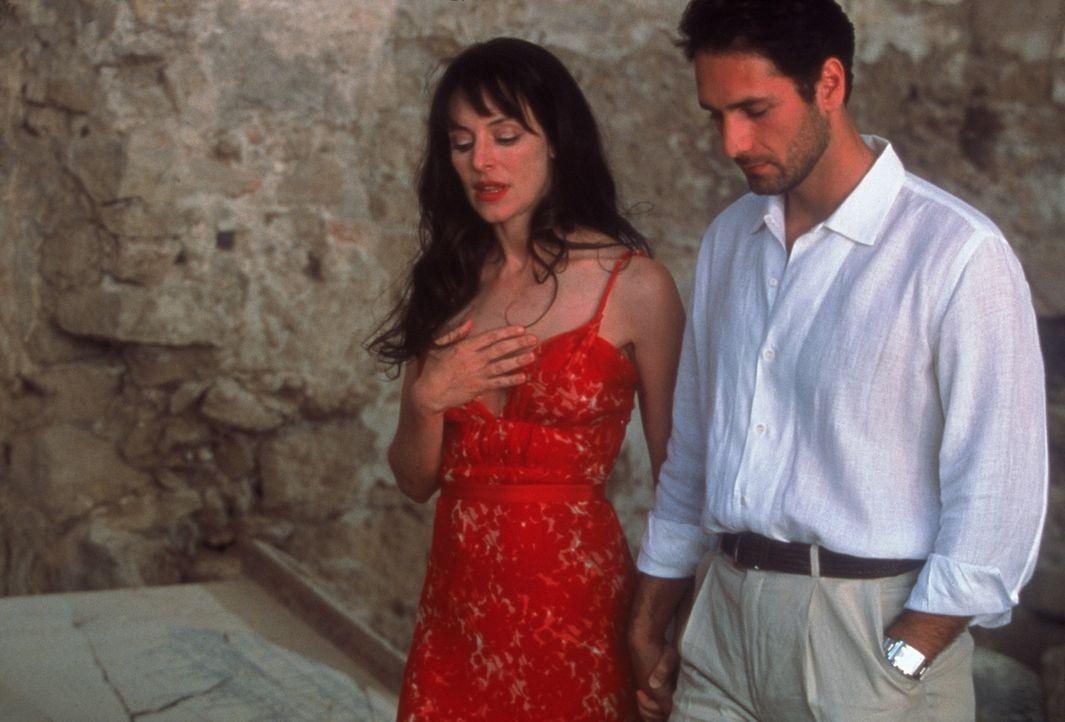 Noch führen Jennifer (Madeleine Stowe, l.) und Marcello (Raoul Bova, r.) eine glückliche Beziehung ... - Bildquelle: Warner Bros.