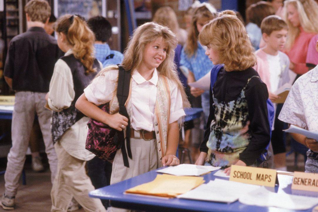 An ihrem ersten Tag in der Junior-High-School müssen D.J. (Candace Cameron, l.) und Kimmy (Andrea Barber, r.) feststellen, dass alle anderen viel er... - Bildquelle: Warner Brothers Inc.