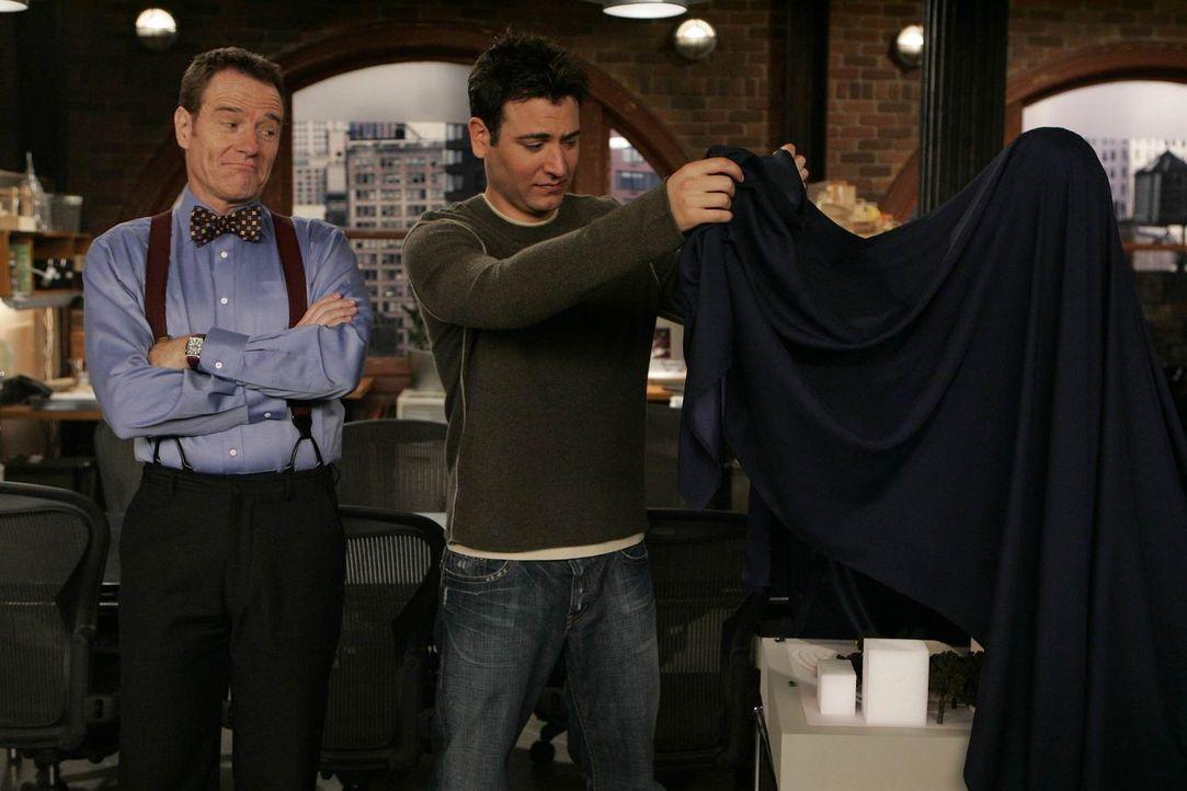 Ted (Josh Radnor, r.) findet den Entwurf seines Chefs (Bryan Cranston, l.) nicht gut, doch wie sagt man das, ohne Ärger zu bekommen? - Bildquelle: 20th Century Fox International Television