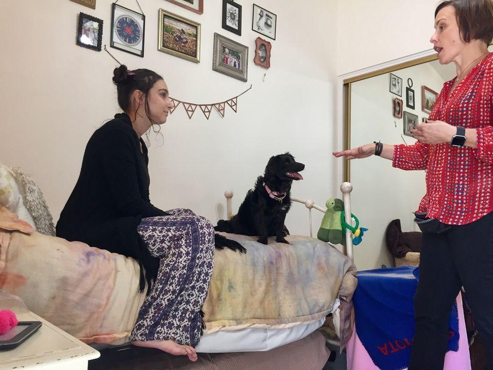 Laura London (r.) möchte Hund Georgie für Isabellas (l.) Bedürfnisse trainieren. Die junge Frau leidet unter einer posttraumatischen Belastungsstöru... - Bildquelle: Licensed by Magnify Content Media Ltd.